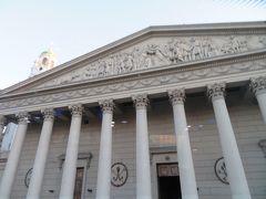 五月広場は、大統領府やカビルド(市庁舎)や大聖堂などの歴史的建造物が立ち並び、国民的行事や抗議デモなどもこの広場で行われます。