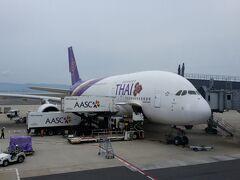 関西空港からタイ国際航空のA380にてトランジット先であるバンコクはスワンナプーム国際空港へ出発.2階席へ.