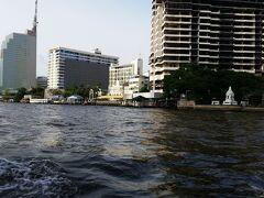 水上ボート「チャオプラヤーエキスプレス」のオレンジフラッグ(乗船料が安い)に乗船してチャオプラヤー川を移動.