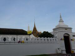 「Tha Chang(ターチャン)」船着場で下船し,王宮「ワット・プラケオ」を横目で見ながら,急ぎ徒歩にてまだこの時間帯に開いている涅槃仏寺院「ワット・ポー」へ移動.