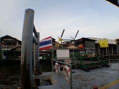ワット・ポーのある「Tha Tien(ター・ティアン)」船着場から渡し船に乗り,対岸にある「Wat Arun(ワット・アルン)」船着場へ向かいます.