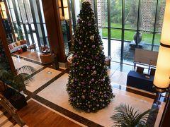 ハイアットリージェンシー那覇沖縄のロビー。このときは11月で、クリスマスツリーが飾られていました。