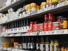 スーパーの棚には、ぱっと見にはわかりにくいですが、味噌や酢、みりんも並んでいます。