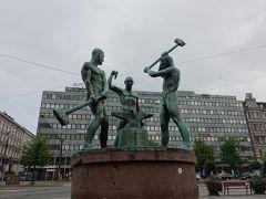 その手前の広場に、3人の鍛冶屋の像がありました。  こういうのを見ると、ソ連の影響下にあったのだなあ、と感じます。