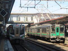 大宮駅から普通列車乗ること4時間、福島県郡山駅13時37分着。 ここで会津方面の磐越西線に乗り換えます。 13時47分の会津若松行の快速電車はたった2両。 観光客や地元の人でぎっしり満員。 会津若松までの1時間、立ったままの人も多かったです。 せめて4両にしてもらいたいものです。