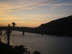 津川駅を出ると、日が落ちていきます。 夕景の阿賀野川沿いにSLは走ります。
