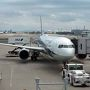 9月のサケ遠征の目的地は標津。 という訳で向かうは中標津空港。 ANAの飛行機は久しぶり。機体は767-300。 この航路、予約人数の関係なのか、時々エアバスA320になる時があって、狭い印象のあるA320はイヤだなぁと思っていたので、よかった。 機内は揃いのツアー会社のバッジを付けた人が沢山いて、団体ツアーでどこかに行くらしい。 今の時期の道東って、どこに行くんだろう?