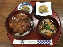 会津よろずやでソースカツ丼を食べました。イングレス割があるということでこのお店を選択。 これはセットでこづゆと揚げまんじゅうが付いて1200円。 夫が食べました。