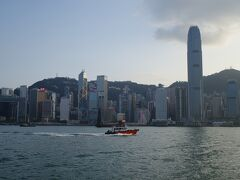 日が暮れる前にホテルへ戻りましょう。 香港へ来たら一度は乗らずに済ますワケにはいかないスターフェリー。 奮発してアッパーデッキへ! 今回は夜の出歩きを控えたため夜景は見られませんでしたが、それでもやはりこの景色を見ずして帰ることはできませんね。