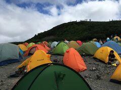 午後になって雲とテントが増えてきた。やっぱり3連休だね。山小屋は受付で列ができるほどの混雑ぶり。