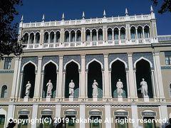 ニザーミー記念文学博物館(Nizami G?nc?vi Adına Az?rbaycan ?d?biyyatı Muzeyi)  1860年建築のメトロポールホテルを改築した博物館です。2階に立つ彫像は、フズーリー(Fużūlī)、モッラ・パナフ・ヴァギフ(Molla P?nah Vaqif)、ミルザ・ファタリ・アフンドフ(Mirz? F?t?li Axundov)、ペルシア人(フールシード・バーヌー・ナータヴァーン(Xurşidbanu Nat?van))、ジャリル・マンマドグルザーデ(C?lil M?mm?dquluzad?)、ジャファル・ジャッバルリ(C?f?r Cabbarlı)で、博物館にも名前が付いているニザーミー(Nizami G?nc?vi)はいません。   ニザーミー記念文学博物館:https://en.wikipedia.org/wiki/Nizami_Museum_of_Azerbaijani_Literature フズーリー:https://ja.wikipedia.org/wiki/%E3%83%95%E3%82%BA%E3%83%BC%E3%83%AA%E3%83%BC モッラ・パナフ・ヴァギフ:https://en.wikipedia.org/wiki/Molla_Panah_Vagif ミルザ・ファタリ・アフンドフ:https://en.wikipedia.org/wiki/Mirza_Fatali_Akhundov フールシード・バーヌー・ナータヴァーン:https://en.wikipedia.org/wiki/Khurshidbanu_Natavan ジャリル・マンマドグルザーデ:https://en.wikipedia.org/wiki/Jalil_Mammadguluzadeh ジャファル・ジャッバルリ:https://en.wikipedia.org/wiki/Jafar_Jabbarly ニザーミー:https://ja.wikipedia.org/wiki/%E3%83%8B%E3%82%B6%E3%83%BC%E3%83%9F%E3%83%BC