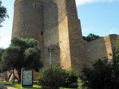 乙女の塔(Qız qalası)  「城壁都市バクー、シルヴァンシャー宮殿、及び乙女の塔」として世界遺産に登録されている塔です。名前の由来は城壁の不落を祈念したという説が有力です。  乙女の塔:https://en.wikipedia.org/wiki/Maiden_Tower_(Baku) 乙女の塔:http://www.azer.com/aiweb/categories/magazine/42_folder/42_articles/42_maidentower.html 城壁都市バクー、シルヴァンシャー宮殿、及び乙女の塔:https://ja.wikipedia.org/wiki/%E5%9F%8E%E5%A3%81%E9%83%BD%E5%B8%82%E3%83%90%E3%82%AF%E3%83%BC%E3%80%81%E3%82%B7%E3%83%AB%E3%83%B4%E3%82%A1%E3%83%B3%E3%82%B7%E3%83%A3%E3%83%BC%E5%AE%AE%E6%AE%BF%E3%80%81%E5%8F%8A%E3%81%B3%E4%B9%99%E5%A5%B3%E3%81%AE%E5%A1%94 世界遺産:https://whc.unesco.org/en/list/958/