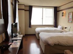初日は雨。 軽井沢駅から徒歩5分の「ホテルグランヴェール旧軽井沢」へ。 きょうからお世話になります。 とても広くて天井も高い!