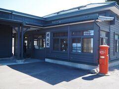 廃線になったばかりの留萌線。 終着駅の旧増毛(ましけ)駅は、現在はぐるめ食品直売店になって、きれいに保存され、多くの観光客に利用されていました。 公衆トイレが併設されています。