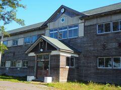 丘の上に立つ「旧増毛小学校」へ。 昭和11年建築、北海道内でも最大最古の大型木造校舎。 すごい迫力でした。 今でも使えそうですけど、光熱費が非常に高くつくか…。
