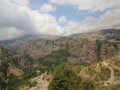 この3日間でレバノンの5つの世界遺産をすべて回ります。この日は、最後の世界遺産「カディーシャ渓谷と神の杉の森」が目的です。渓谷は高地にあり、国内屈指といわれる景観のなかを車は走ります。