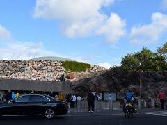 続いては、テンペリアウキオ教会。  地面から突き出した岩をくりぬいて造った教会です。上には銅板でつくられたドームがのっています。