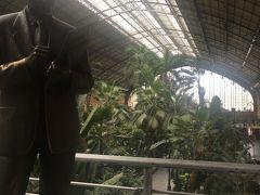 電車には乗らないけど、アトーチャ駅構内を探検。この方は銅像です。