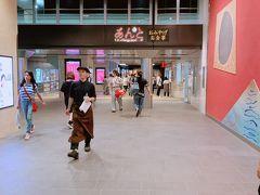 金沢駅なかにある おみやげ屋さんゾーンで物色