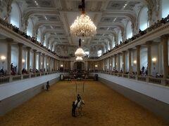 11:20 スペイン乗馬学校  世界で最も古い乗馬学校だそうです。朝の調教見学15ユーロ→ヴィエナパス利用可。たくさんの方が見学に来ていました。2階席に上がったり、いろいろな角度から見学できます。
