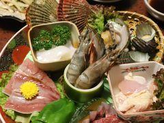"""足摺国際ホテル 夕食♪  お料理のメイン♪『あしずり海賊焼き』を3人でシェア♪ お義父さんの焼き物にも""""緋扇貝""""と""""お野菜""""付きなので、、 お義父さん : """"緋扇貝"""" """"お野菜""""  牛肉 地鶏  白身魚(太刀魚?) kuritchi達も 魚介類、牛肉、地鶏、お魚、お野菜をいただきますよ~♪"""