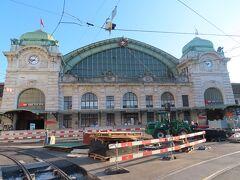 駅前はトラム乗り場の辺りまで工事をしていました。