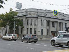 旧拓殖銀行豊原支店 現在はサハリン州立美術館  遠目ですが、お休みっぽい雰囲気 月曜休館で、土曜は開いてるはずなんだけどなぁ  玄関前までは行かなかったので、本当は開いてたのかも
