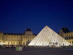 ルーブル美術館のピラミッドを見て、今夜の散歩は終了です。