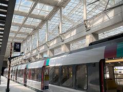 シャルル・ド・ゴールからはRER B線に乗りました。治安が良くないという噂でしたが、日中だし北駅までノンストップのに乗ればいいかなと思っていたのですが、夕方はノンストップの電車はありませんでした。