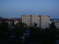 3日目の朝  朝7時ですが、日本と時差が2時間あるせいか、まだ月が煌々と