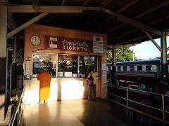 残念ながら今回は、主目的を達成するための観光列車は確保できませんでした。従って通常通りローカル線で訪ねて行くことにします。  トンブリ駅発7:50の列車に乗車します  最初はバンコク市内にあるローカルな駅「トンブリ駅」を目指します。この駅は現地でも知る人が少ないためアクセスが大変です。  特に早朝出発便に乗車するためには、地下鉄のファランポーン駅駅付近からタクシーで移動するしかない。  本来地下鉄の場合、ファランポーン駅の3つ先の新設駅「イッサラパープ駅」で下車するとトンブリ駅までバスが走っている。この時期はあいにく新設されたばかりなので、朝7時以降でないと地下鉄が運行されていませんでした。  ファランポーン駅からタクシーの場合、自分でナビゲートしながらタクシーを利用するのが良いです。中華街を抜け、北上し、橋を渡ってさらに北上することになります。  というのも、ファランポーン駅から南側に「トンブリ地区」という紛らわしい場所があり、この地区でのモノレール工事が佳境となっている。なので「トンブリ」「ステーション」というと、タクシーは北上せず南下してしまい、このモノレール工事の駅に連れて行くことが多いです。  私もそんな一人でした、、、、トホホッ。