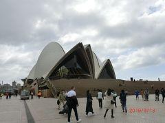 わ~これが有名な【シドニーオペラハウス(Sydney Opera House)】ですね。14年かけて1973年に完成した、コンサートホールなど6つのホールを持つ施設です。写真では分からないかもしれませんが、オペラハウスって近くで見ると全然白くないんですよ(°0°)クリーム色でした!