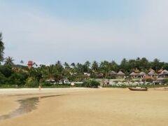 沖合から見たナカマンダホテル。 当初このホテルに泊まるつもりだったが写真で潮が引いたビーチを見てデュシュタニに変更した。