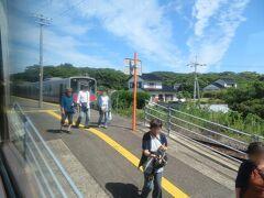 波子駅11時11分着。 反対側に到着した快速アクアライナー益田行きから乗客が降りてきたところです。