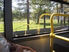 教会見学のあとは、ガガーリン公園に行ってみよう、ということで 7番バスに乗車  が、バス停間が遠く、公園の外周をぐるりと回るのです  栄光広場前に停車して、ガガーリン公園の外周を一周して 子供鉄道の線路も車両も、遊具も池も見ちゃった  かなり広大な公園で、バス停は正面入り口から離れてたので 戻る気になれず、車窓見学で済ませちゃいました
