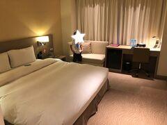 さらにMRTで乗り継ぎ、高雄空港から徒歩10分「カオシュンインターナショナルプラザ」ホテルへ。一泊7800円。  知らぬ間にExpediaのシルバー会員になったらしく、ホテルマンが「エクゼクティブルームにアップグレードしておいたよ!」と。 え、そうなの!?嬉しい! けど・・・ん、どの辺りがエグゼクティブになってるのかな!?  (安ホテルにたくさん泊まっただけで得た単なるシルバー会員です。なのに、翌日のマカオでは5星ホテルでスイートルームにアップグレードされ、Expediaの恩恵に驚愕することに・・・!!)