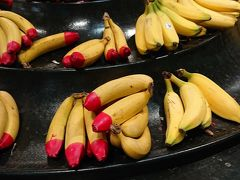 Woolworths マーケット見学。 なんでこのバナナは赤いのと赤くないのがあるんだろう?