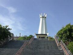 斎場御嶽から国道331号線を西に進むと平和祈念公園に着く。沖縄戦最後の激戦地摩文仁につくられた公園。平和祈念資料館に行くが十数分で閉館になるので見学をあきらめ、写真は高さ45mの平和祈念堂。平和祈念公園を見て回る時間的余裕がなかったので、ひめゆりの塔に向かう。