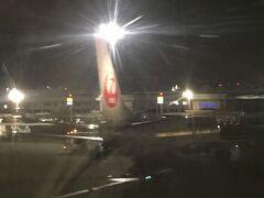 高雄空港(高雄小港機場)に着陸 着陸したが、高雄で降機するのか、桃園に向けて飛ぶのか決まってなかったようで、着陸してもしばらくは案内無し。 ターミナルには翌朝、8時50分に成田空港に向け出発する予定のJALが待機