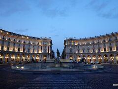 ナイアディの泉の噴水も止まっている早朝06:30です。  ナイアディの泉 Fontana delle Naiadi < 共和国広場 Piazza della Repubblica < ローマ