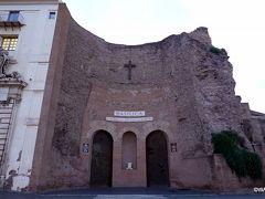 共和国広場の東側には、ディオクレティアヌス帝時代の浴場跡に遺跡も取り込んだ形で建てられたサンタ マリア デッリ アンジェリ教会はミケランジェロの設計で、今年のタモリ倶楽部でも採り上げていました。  表記のユレ GM:サンタ・マリア・デランジェリ・エ・デイ・マルティーリ聖堂  4T:サンタ マリア デッリ アンジェリ教会 TA:サンタ マリア デッリ アンジェリ Santa Maria degli Angeli e dei Martiri