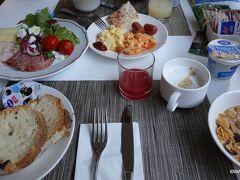 08:30 バスでホテルクイリナーレに戻り昨日と同じ朝食です。 トルローニア公園への早朝散歩はホテルtoホテルでちょうど2時間でした。