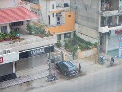 おはようございます。 ジャイプールの朝です。 今日は曇り空かな~。 ホテルの窓からの景色は夜の喧騒とは打って変わって 落ち着いた街並み。 お向かいのおうち・・素敵ですね。 そして・・洗車しているみたい。