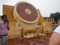 「ジャンタル・マンタル」 マハラジャでもあり天文学者でもあったサワーイ・ジャイ・スィン2世が1728年に建造した天文観測所。 インドの政治には太陽や星の位置がとても重要だったらしいです。 その天文学に明るいマハラジャは人々の信頼も篤かったでしょうね。  これは太陽の観測儀。  インド北部にある5つの天体観測施設「ジャンタル・マンタル」のうち ここジャイプールのものは最大規模。