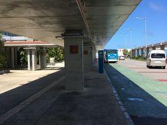 石垣空港に到着! 最初は西表島に2泊、そのあと石垣島に4泊します。 西表島に行く船に乗るため、離島ターミナルへ向かいます。空港内にミルミルのアイス屋さんなどあり心惹かれますが、早めに西表島へ行きたかったのでバスへ直行!  空港から外に出て左に進むと離島ターミナル行きのバスが出ています。50分弱で到着。