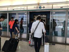 エアポートエキスプレスに乗り込みます!  香港空港は広いのに、次への導線が完璧!