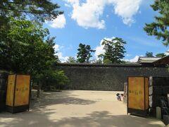 大手木戸門跡を通ります。 9月21日~10月31日までの土日祝には松江水燈路が行われるそうです。 堀川に浮かぶ水燈路のライトアップ、きれいなんだろうなぁ。 城内には行燈が飾り付けられていました。こちらも夜に灯るときれいだろうなぁ。