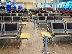 キプロス1ヵ国周遊、6日間の旅です。 キプロス(ラルナカ空港)へは、エミレーツ航空のドバイ経由を利用しました。  ドバイ空港は非常に綺麗です。 トイレもTOTO製で、白と木目調の清潔な感じが日本のトイレみたいでした。  乗り継ぎ時間が4時間位あったので、携帯でゲームでもやろうか・・・と思っても、気になるのはやはり充電問題ですよね。  ドバイ空港はというと、充電のできる場所はあちこちにありました。 この写真はゲートの前の待合室ですが、各列に充電スタンドのようなものがありました。  気になるのはプラグの形状ですが・・・