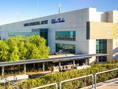 ラルナカ空港に到着(写真は帰国時に撮ったものなので夕方な感じですが、実際はお昼頃の到着です)。  キプロスの首都はニコシアで、昔は空港もニコシアにあったのですが、 紛争で使えなくなり、キプロスの空の玄関口はラルナカに移ったそうです。  この空港の通称は「ヘルメス空港」。 ヘルメスとは、ギリシャ神話の神の名前で、旅人の守護神とされています。 なんだか素敵ですね。  キプロスにはもう一つ、パフォスにも空港がありますが、こちらはLCCやチャーター便が主に使う空港なのだそうです。