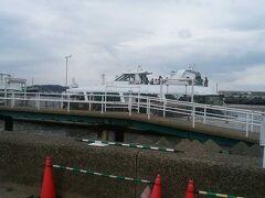 猿島へのフェリー船着き場は三笠のすぐ横.  これで横須賀港の戦艦三笠訪問はおしまいです. ―――――――――――